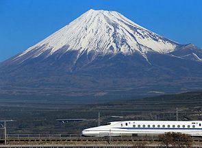 Shinkansen Bullet Train travels pas Mt Fuji, Japan